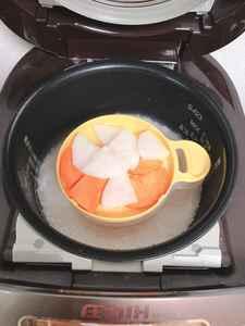 炊飯器におかゆカップを入れた写真