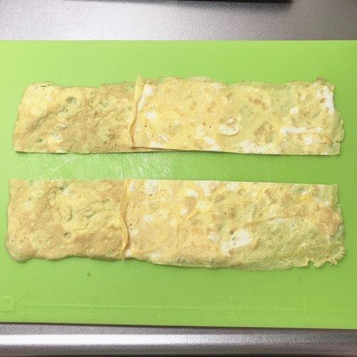 薄焼き卵を2枚並べる