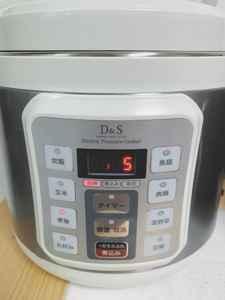 圧力鍋で野菜を加圧中の写真