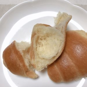 金のバターロールを焼いた写真